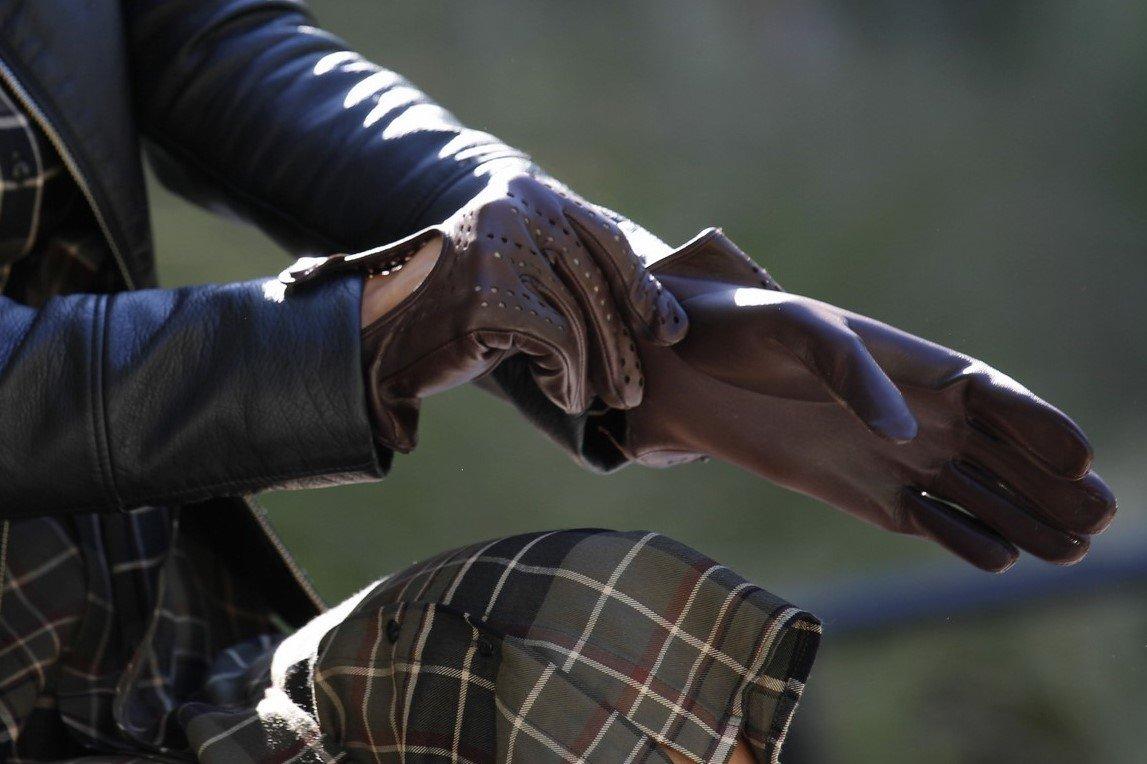 navlékání rukavice
